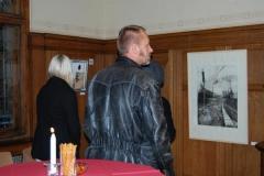 Gäste der Gründungsfeier vor Tanja Pohls Grafik